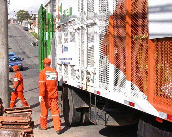 Caminhão de recolhimento do lixo reciclável.