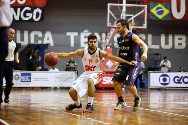 Gegê, do Flamengo, e Gustavinho, do Mogi. Foto: Gilvan de Souza/ Flamengo