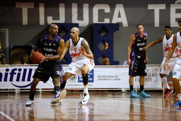 Ted Simões, do Mogi, e Marquinhos, do Flamengo. Foto: Gilvan de Souza/ Flamengo