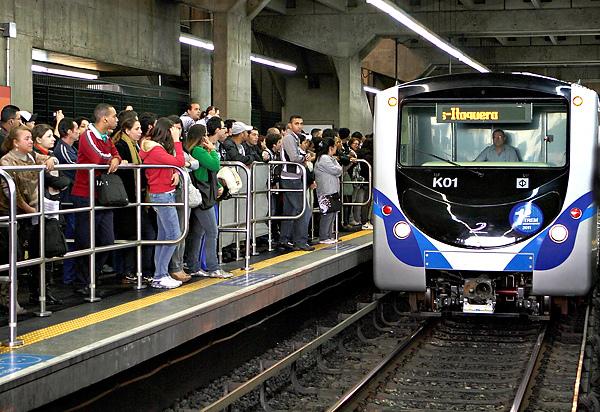 Trens e ônibus vão circular normalmente até às 2h00, o equivalente à 1h00 do horário antigo. Foto: Sergio Andrade/Governo do Estado de SP