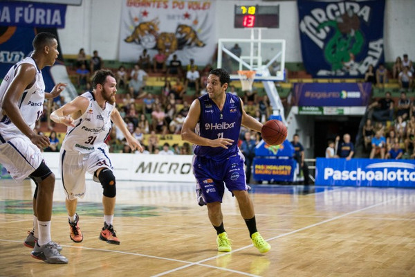 Filipin, do Mogi, Robert Day, do Bauru e Wesley, do Bauru. Foto: Caio Casagrande/ Bauru Basket